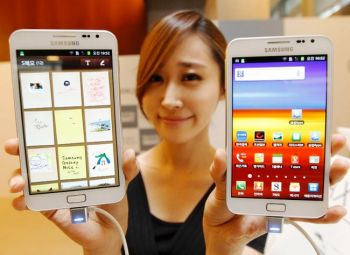galaxy-note-ics-update-girl-with-phones